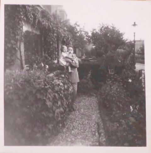 Veronica Vos en vader Jurjen Waardenburg Paphof 21 1954
