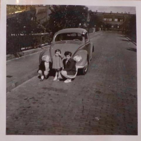Veronica Vos (midden) 1954, met hun enige auto op de Papaverhof